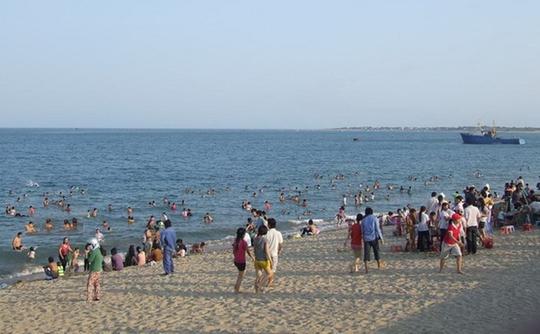 Nhiều người dân Ninh Thuận xuống biển ngâm mình tránh nóng