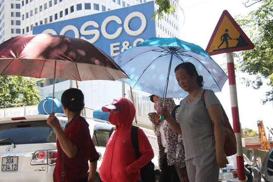 Người dân chống chọi với nắng nóng gay gắt đầu mùa hè