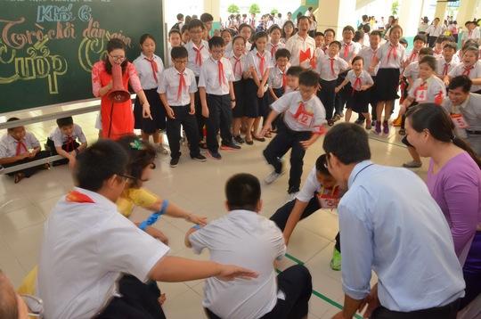 Học sinh Trường THCS Nguyễn Du vui chơi sau lễ khai giảng