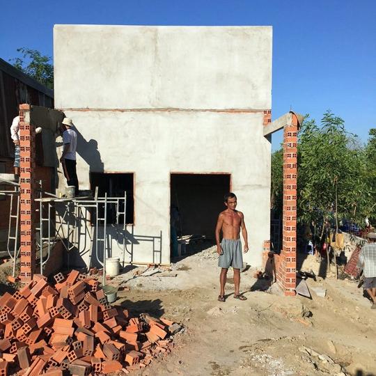 Ông Nén tất bật phụ thợ hồ xây cho xong căn nhà mới để kịp đón Tết