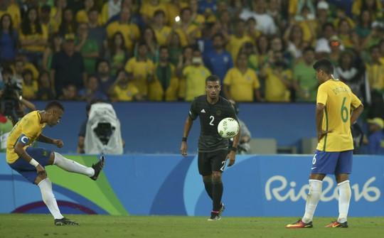 Neymar mở tỉ số trận đấu với pha đá phạt không thể cản phá
