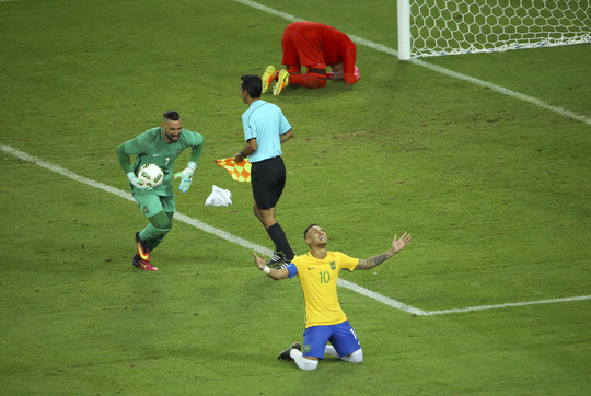 Neymar đã thành người hùng