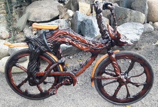 Ngoài ra, ông Sơn còn sở hữu một chiếc xe đạp hoàn toàn bằng gỗ trai và gỗ sao độc đáo.