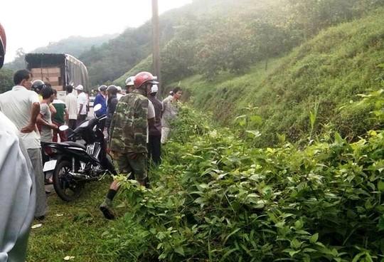 Người dân hoảng hốt khi phát hiện 2 thi thể nam giới trên quốc lộ 20 địa phận đèo Chuối, huyện Đạ Huoai, (Lâm Đồng).