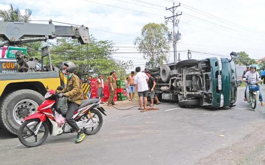Nhiều thanh niên địa phương đã chung tay giúp tài xế xe tải thu dọn bia trên đường