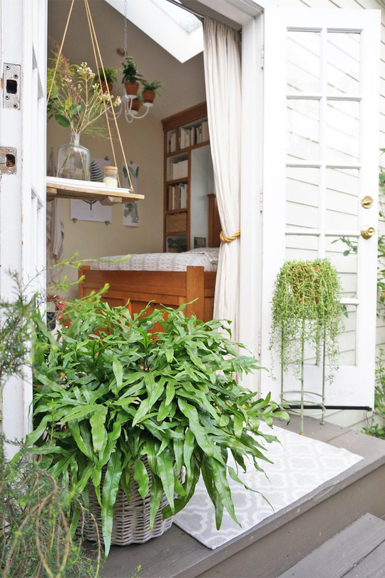 Không gian trong nhà luôn tươi mát, căng tràn nhựa sống nhờ phối hợp với cây xanh.