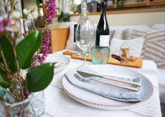 Chiếc bàn nhỏ được thiết kế đặc biệt này vừa là bàn cafe tiếp khách vừa làm bàn ăn.