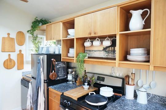 Đồ đạc trong căn bếp của Whitney được sắp xếp ngăn nắp, có thể thấy rõ mọi thứ đều có mục đích và không thừa 1 chi tiết nào.