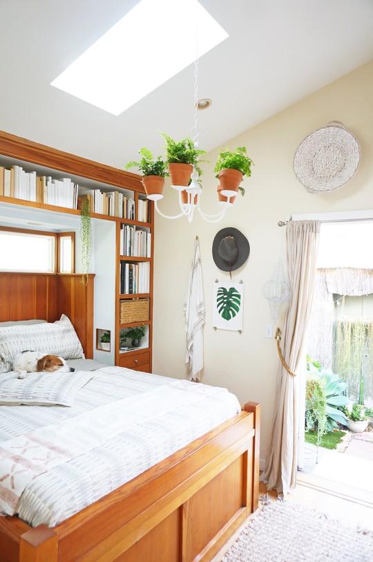 Phòng ngủ vô cùng thoáng đãng với những khoảng cây xanh đan xen vào nhau tạo nên một cảm giác thư thái vô cùng.