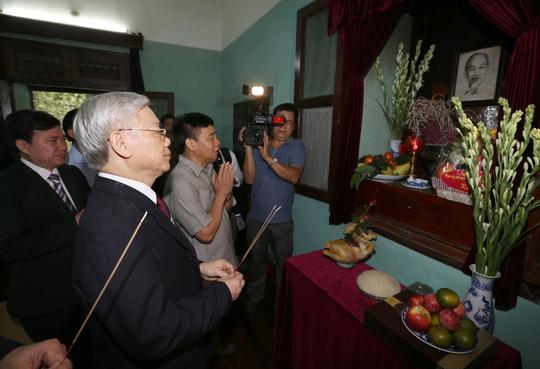 Tổng Bí thư Nguyễn Phú Trọng dâng hương tưởng niệm Bác Hồ tại Khu Di tích Chủ tịch Hồ Chí MinhẢnh: TTXVN