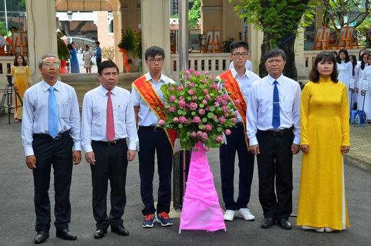 Chủ tịch UBND TPHCM Nguyễn Thành Phong cùng lãnh đạo nhà trường dâng hoa tượng đài Lê Hồng Phong
