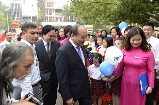 Thủ tướng Nguyễn Xuân Phúc dự khai giảng tại trường PTCS Nguyễn Đình Chiểu - Ảnh: Mạnh Thắng