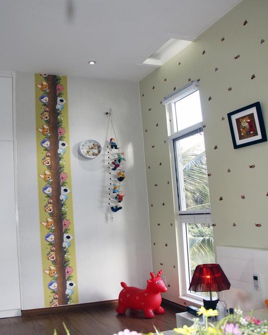Nhà được xây trên diện tích 250 m2, chủ nhà chỉ quyết định xây nhà trên mặt bằng 90m2 (mặt tiền 5m). Nhà gồm 2 phòng ngủ, 1 phòng ăn, 1 phòng khách được kới ánh sáng tự nhiên chan hòa khắp ngôi nhà.