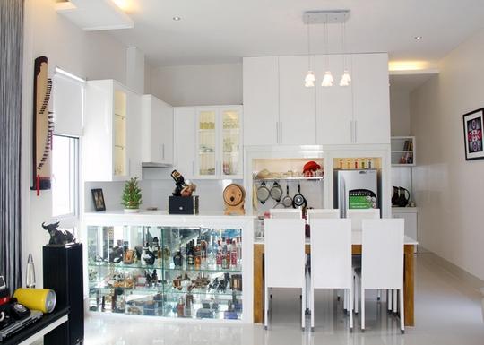 Thủ pháp vay mượn không gian để giúp ngôi nhà đẹp hơn. Phòng khách, bàn ăn, nhà bếp liền kề.