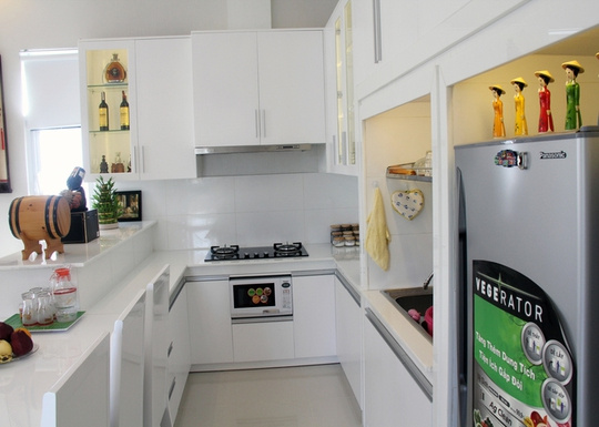 Khu bếp đơn giản, tiết kiệm diện tích với tông màu trắng chủ đạo, tạo sự tươi tắn.