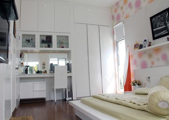 Một góc phòng ngủ chính, dùng vật liệu đơn giản, giá rẻ.