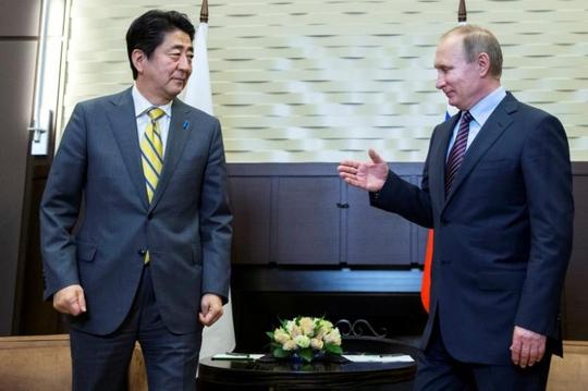 Tổng thống Nga Vladimir Putin (phải) và Thủ tướng Nhật Bản Shinzo Abe gặp nhau ở Sochi hồi tháng 5 Ảnh: REUTERS