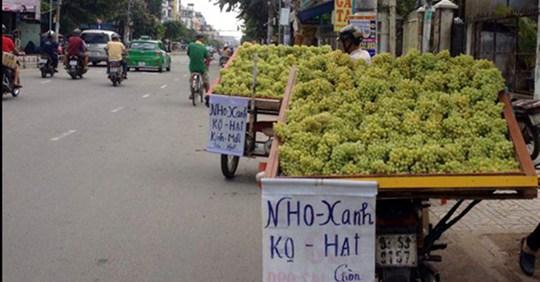 Nho xanh Trung Quốc đổ bộ đường phố Sài Gòn