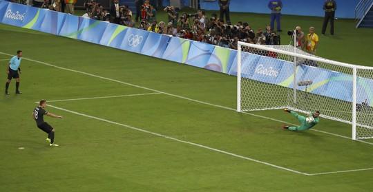 Cú sút thứ 5 của Nil Petersen không thắng được thủ môn Weverton bên phía Brazil
