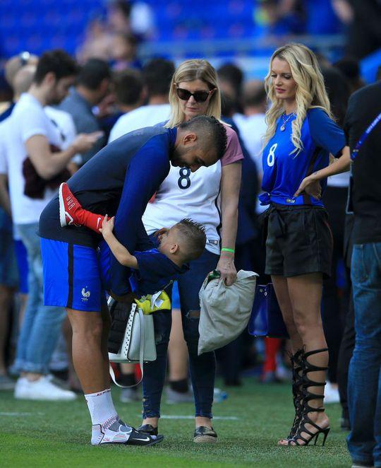 Dàn WAGs nóng bỏng xuống sân chúc mừng tuyển Pháp