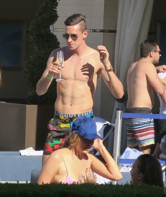 Draxler thưởng thức rượu tại hồ bơi