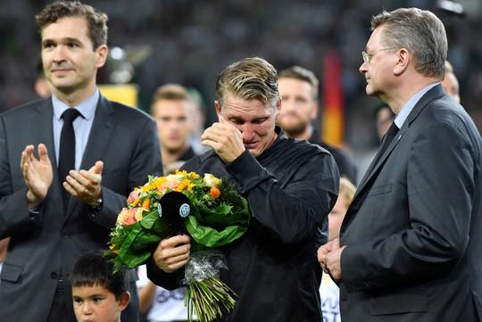 Schweinsteiger rơi lệ trước tình cảm của LĐBĐ Đức và người hâm mộ dành cho