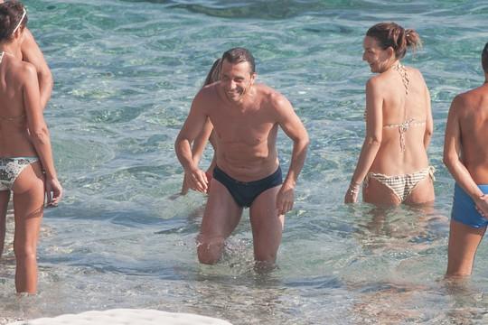 HLV Conte về quê du hí cùng vợ xinh