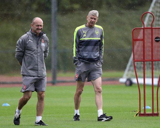 HLV Wenger và các cầu thủ Arseanal sẵn sàng cho trận gặp PSG ở Pháp