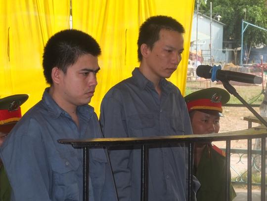 Bía cáo Nguyên (trái) và bị cáo Tuấn trước tòa