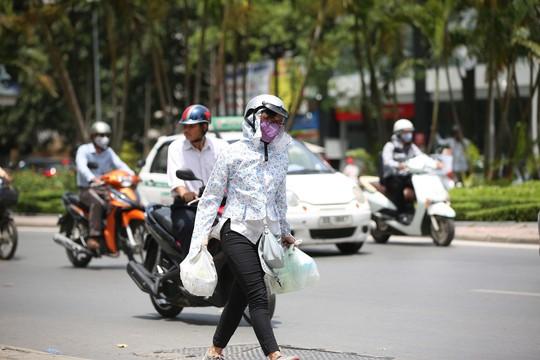 Mang quần áo dài, đeo khẩu trang, kiến râm và hạn chế ra đường trong những ngày nắng nóng này.