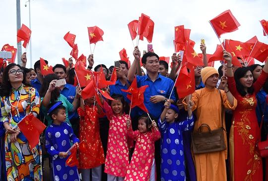 Đông đảo bà con cộng đồng người Việt Nam tại TP Nam Ninh, tỉnh Quảng Tây, Trung Quốc ra đón đoàn - Ảnh: VGP/Quang Hiếu