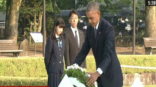Tổng thống Mỹ Barack Obama đặt vòng hoa tại Công viên tưởng niệm hòa bình Hiroshima. Ảnh: CNN