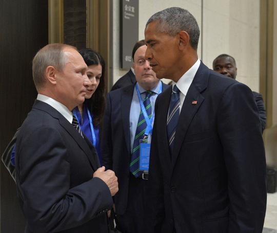 Ánh nhìn băng giá giữa 2 nhà lãnh đạo. Ảnh: Reuters