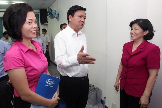 Bà Mai Kiều Liên - Tổng giám đốc Vinamilk trao đổi với Bí thư Thành ủy Đinh La Thăng. Ảnh: Hoàng Triều