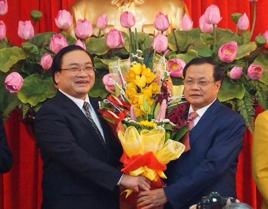 Nguyên Bí thư Thành ủy Phạm Quang Nghị (phải) và tân Bí thư Hoàng Trung Hải