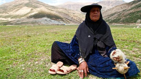 Một người phụ nữ thuộc bộ lạc Bakhtiari đan len để may quần áo. Ảnh: Ian Lloyd Neubauer