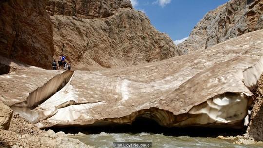 Một hang động được hình thành giữa sông băng và dòng nước bên dưới. Ảnh: Ian Lloyd Neubauer