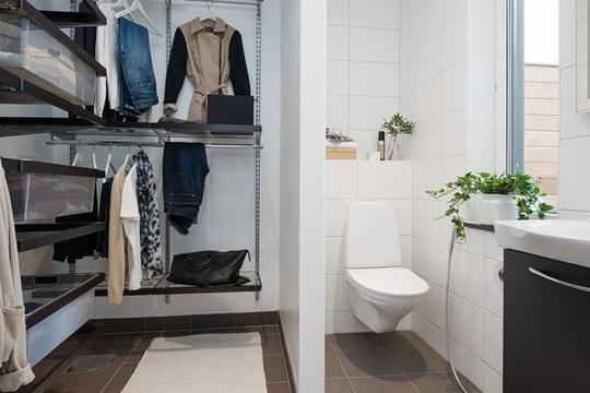 Phòng tắm tiện dụng được đặt ngay bên cạnh phòng để đồ của chủ nhà.