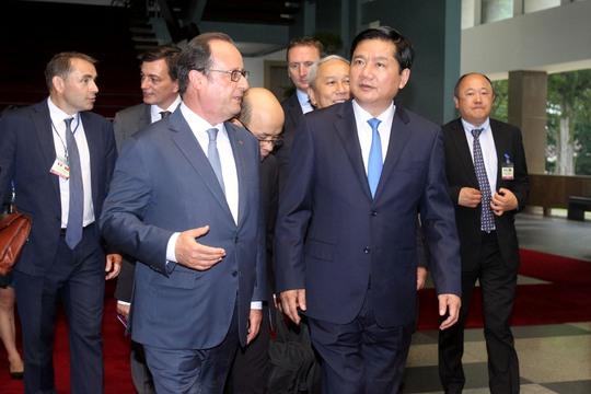 Tiễn tổng thống Pháp rời Hội trường Thống Nhất