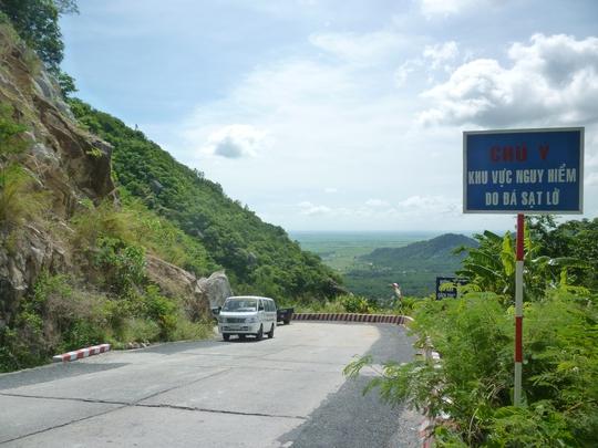 Dọc theo tuyến đường lên núi Cấm vẫn còn một số điểm được cảnh báo có nguy cơ sạt lở nguy hiểm.