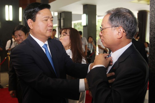 Ông Đinh La Thăng chỉnh cà vạt cho một đại biểu