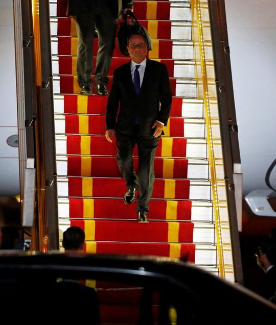 Những bước chân đầu tiên của Tổng thống Pháp Francois Hollande tại Việt Nam - Ảnh: REUTERS