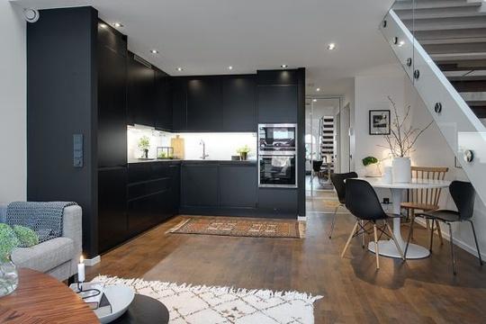 Khu bếp và phòng khách được nối liền là một phần của căn phòng rộng, căn bếp trông thực sự nổi bật và tách biệt với tông màu đen làm chủ đạo.