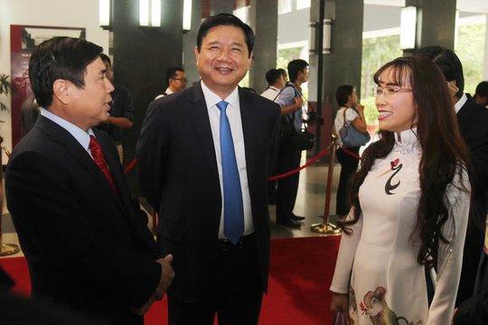 Bí thư Thành ủy Đinh La Thăng (giữa), Chủ tịch UBND TP Nguyễn Thành Phong (phải) chờ đón tổng thống Pháp tại Hội trường Thống Nhất