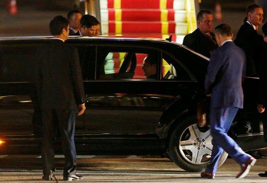 Tổng thống Pháp Francois Hollande ngồi trong chiếc limousine để di chuyền về nơi ở của mình, được cho là khách sạn Metropole Hà Nội - Ảnh: REUTERS