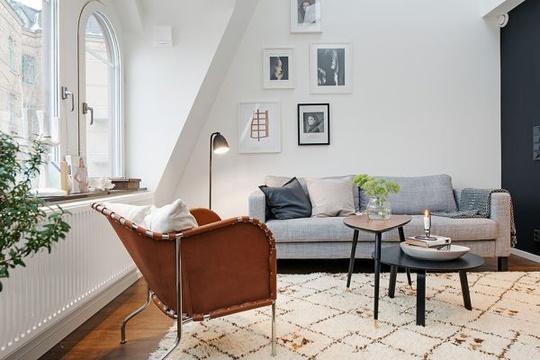 Cận cảnh khu vực tiếp khách nhỏ nhắn bên cạnh khung cửa sổ góc cạnh là một trong những đặc điểm khá độc đáo của căn hộ.