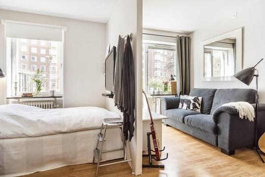 Tách biệt với căn phòng chung là khu vực phòng ngủ, được ngăn cách rõ ràng bằng bức tường lỡ nằm giữa giường và bàn khách.