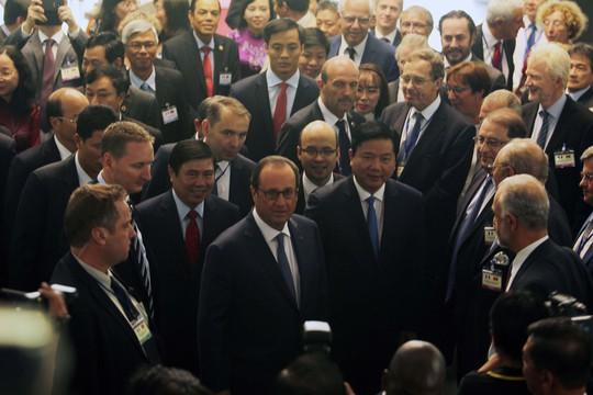Cùng Tổng thống Hollande tiến vào hội trường