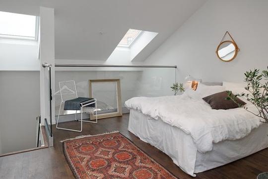 Phòng ngủ được bày trí rất gọn ghẽ, xinh xắn theo phong cách tối giản.