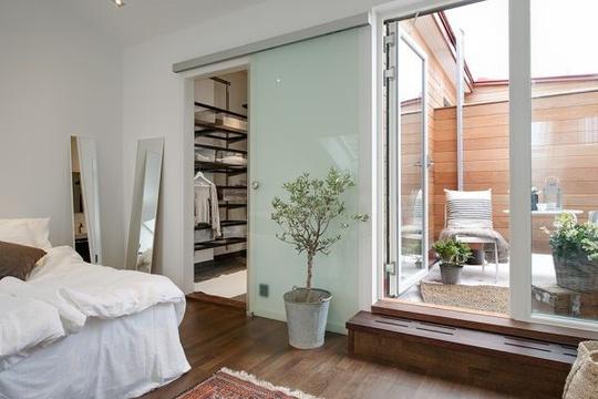 Tiếp nối phòng ngủ và một phòng để đồ rộng, bạn sẽ tìm thấy phòng tắm khá tiện dụng và một lối đi khác dẫn ra sân thượng nhỏ kín đáo bên ngoài.